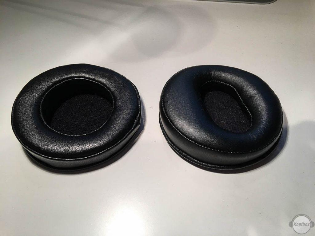 Vergleich Dekoni Pads (links) und Originalpads (rechts)