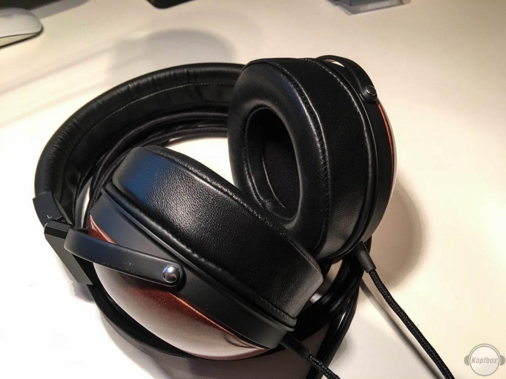 Die Dekoni Audio Pads auf dem Fostex ZH-X00